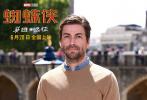 """伦敦时间6月17日,由美国哥伦比亚影片公司出品的电影《蜘蛛侠:英雄远征》在伦敦举行盛大首映礼,电影导演乔·沃茨,主演人气影星汤姆·赫兰德、好莱坞知名影星杰克·吉伦哈尔、实力派新星赞比亚、雅各布·巴特朗等人齐聚现场,为这次欧洲宣传站台助威。影片剧情紧接""""复联4"""",蜘蛛侠将不负钢铁侠重托,领军复仇者联盟,独挑大梁决战欧洲。"""
