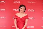 """6月23日,第22届上海国际电影节闭幕式举行。获得金爵奖最佳影片提名的中国电影《春潮》剧组登上红毯。女主角郝蕾露肩红色长裙尽显胸前""""一抹春光""""。"""