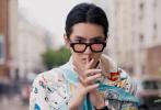 6月23日,吴亦凡巴黎时装周新造型曝光。这组街拍大走复古风,身穿薄荷色插画印花全套LOOK现身街头,扎小辫子戴黑色宽框眼镜,极具时尚表现力。
