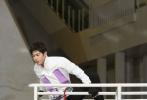 """6月21日,陈学冬首登真人秀节目《奔跑吧》,与跑男团一起展开了一场脑力与体力的竞赛。节目中,陈学冬展示出了超强的运动天赋,以过人的攀爬能力战胜了""""大黑牛""""李晨赢得了冠军。"""