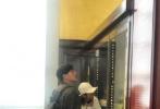 7月2日,有网友晒照偶遇张若昀唐艺昕夫妇,继网友在伦敦集市偶遇他们后,又有网友在大英博物馆遇到这对新婚夫妇。当天,唐艺昕头戴白色棒球帽,身穿白色卫衣搭黑色破洞牛仔裤;张若昀则是牛仔外套搭配黑色长裤,戴着黑色发带、背着双肩背包,学生气十足。