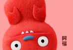 """7月4日,好莱坞动画《丑娃娃》发布""""欢乐狂想""""版预告片及海报,""""丑娃天团""""成员小希、欧哥、阿福、维奇、道格、八宝整齐集结,各秀萌力,正式解锁""""完美学院""""关卡,高萌探险新世界。"""