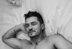 7月8日,奥兰多·布鲁姆为杂志《El Pais Icon》拍摄的一组照片曝光。照片中,奥兰多或半裸上身秀出健壮身材,或浸入浴缸,眼神慵懒,十分惬意,怀抱泰迪向镜头大笑似乎也在透露着婚礼的喜讯。