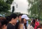 7月10日,有网友通过微博分享动态,上午偶遇了带小海绵来游玩的Angelababy,晚上又偶遇了受邀出席电影《狮子王》首映礼的郎朗夫妇。