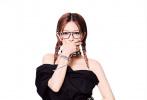7月11日,赵薇登封《时尚COSMO》26周年刊时尚大片释出。赵薇身穿黑色裙装搭配复古红唇,气场十足;星星眼妆搭配黑框眼镜,俏皮的麻花辫,知性中透露出神秘优雅,张扬个性。