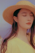 刘亦菲摩纳哥写真 黄裙美颜俏丽油画质感仙气足