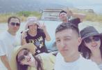 7月11日,刘亦菲晒出一组美拍照片。照片中,刘亦菲身穿亮黄色长裙,头戴编织遮阳帽,长发随风飞舞,或倚车身,或坐在Tiffany蓝的复古敞篷车内大摆pose。