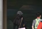 7月17日,杨幂现身北京首度机场。杨幂身穿黑色连体短裤,头戴灰色棒球帽,粉色单肩包抢镜;长发披肩女人味十足,黑框眼镜又添知性魅力。