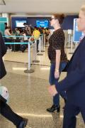 安妮·海瑟薇喜提二胎 挺孕肚現身機場笑容滿面