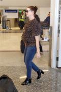 安妮·海瑟薇喜提二胎 挺孕肚现身机场笑容满面