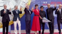 徐克率领评委团撑伞走上红毯 徐克:与六国导演合作感触良多