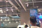 8月7日晚,有网友晒照称在超市偶遇郑爽和其男友张恒,二人看似正在录制综艺节目。被偶遇的郑爽看起来心情大好,与张恒有说有笑,二人形影不离,感情超好。