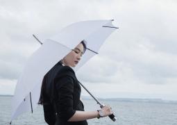 刘亦菲西装杀写真曝光! 撑伞漫步湖边又攻又仙