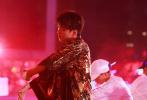 8月10日晚,TFBOYS告白TheFever六周年演唱会在深圳举行。作为组合队长,王俊凯当晚在个人solo部分,不仅翻唱了前辈五月天的歌曲《最重要的小事》,向经典致敬,还首次挑战了性感风格的舞蹈《Hope You Do》,引发全场尖叫。随后献上了个人最新单曲《生长》的舞台首唱,把出道多年来对于粉丝陪伴的感谢用歌声表达出来。