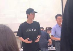 网友偶遇王一博考科目四 黑T恤配迷彩裤酷帅十足