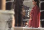 8月21日,有媒体曝光了唐嫣的一组拍摄路透。照片中,唐嫣身穿红色古代军装,虽然有腰封,但小腹的位置明显可见的隆起,似乎已至孕中晚期?对比此前唐嫣拍摄《锦绣未央》中类似戴腰封的造型,身材差距很明显。