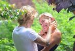 """据外媒报道,贾斯汀·比伯与妻子海莉·鲍德温将于9月30日在南卡罗来纳州举办婚礼。二人也通过漫画的方式公布了婚讯,他们将会在一个不同于寻常婚礼举办的地方再次说出那句甜蜜的""""I do""""。"""