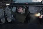 """年度动作巨制《速度与激情:特别行动》将于23日正式登陆全国影院,影片预售正火爆进行中。今日,片方发布""""步步紧逼""""片段,霍布斯和肖在切尔诺贝利的废墟之上,遭到了反派""""黑超人""""的疯狂追击,一时间飞沙走石、硝烟弥漫,观感极为震撼。"""