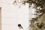 8月22日,赵丽颖出席品牌活动,宣布正式复工。产后首次公开亮相,赵丽颖一袭白色丝绒礼服出场,肩部黑色蝴蝶结巧妙点缀,温婉恬静且大方优雅;黑与白经典配色堆叠独一无二的高级质感,别出心裁的垂褶设计勾勒曼妙腰肢曲线,简而不乏,干净纯粹;闪耀蝴蝶结钻戒与流苏耳饰相互映衬,高雅意韵跃然而出。