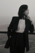 宋茜着黑色西装亮相活动 简约黑白穿搭沉敛大气