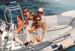 当地时间8月25日,法国南部,贝克汉姆一家海滨度假。贝克汉姆与孩子们在船舷上玩跳水,小七穿着白色的泳装,金发披肩,小心翼翼吃冰棍的样子很是可爱,不过小七的小肚腩却成为了焦点,虽然小七今年已经8岁,但是依然是肉感十足。