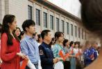 8月26日,网友晒照分享关晓彤、易烊千玺、杨紫参与录制央视中秋晚会路透。