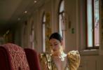 """8月29日,正在参加威尼斯电影节的倪妮通过IG晒照,分享与恩师张艺谋照片的合影。照片中,倪妮身穿红毯造型的金色礼服,精致盘发造型。黑白滤镜的照片中,她以背影示人,望向面前荣誉墙上的恩师张艺谋的照片,并配文""""感恩"""",表达自己对伯乐的感激之情。"""