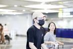 9月2日,北京,钱正昊现身机场出发前往波士顿伯克利音乐学院上学。钱正昊身穿宽松的黑色T恤搭配扎染牛仔裤,棒球帽、金丝框眼镜、口罩遮面全副武装。自己推着两大箱行李的弟弟看起来十分乖巧。