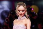 """当地时间9月2日,第76届威尼斯电影节,非竞赛展映影片《国王》举行首映礼,众主创现身。戏里戏外都是情侣的""""甜茶""""蒂莫西·柴勒梅德和女友莉莉-罗丝·德普甜蜜同框。""""甜茶""""身穿Haider Ackermann香槟色束腰西装,莉莉则一袭Chanel高定粉色长裙,二人都十分养眼。"""