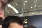 9月3日,王源现身机场出发前往伯克利,剪了寸头新造型的王源吸睛十足,引发关注!王源穿着黑白长袖外套内搭黑色T恤,配工装长裤,背着书包一副乖巧模样。