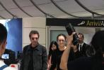 9月3日凌晨,有网友晒照称在威尼斯机场偶遇巩俐夫妇。照片中,巩俐一身黑色紧身衣搭配灰色包臀短裙,身材姣好,与音乐家老公米歇尔·雅尔十指紧扣,十分恩爱。