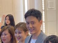 冯绍峰现身家具城活动 微笑营业眼袋明显略显疲惫