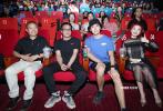 9月4日下午,电影《六连煞》在京举行首映礼。导演徐超、主演曲博和制片人姚进共同亮相首映现场,和观众交流。导演徐超在现场更是接受了观众们的刁钻提问,从演员们的情绪状态到道具的采用无奇不有。徐超也在现场表示,和观众们一起在大银幕上看自己的电影,内心很忐忑。