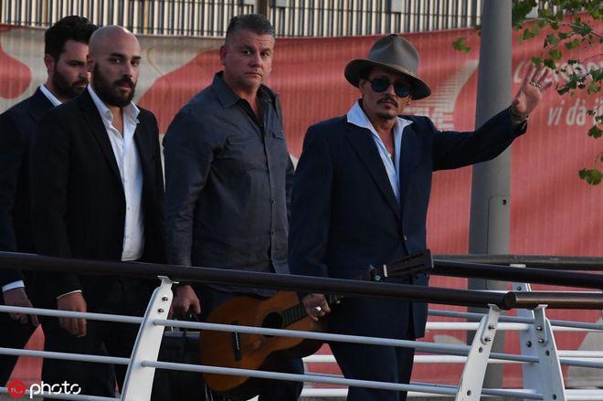 宣传《等待野蛮人》!约翰尼·德普抵达威尼斯