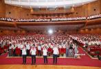 """9月8日下午,北京大学百周年纪念学堂内人头攒动,电影《我和我的祖国》主创全国高校路演首站在此举行。这场主题为""""开学第一课:我和祖国共成长""""的路演中,导演徐峥和宁浩到场,现场气氛热烈。"""