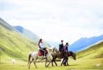 9月10日,梁家辉大女儿Nikkie通过社交账号晒出一组父女三人录制节目《一路成年》时的旅行照。
