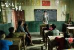 """电影《一生只为一事来》已经于9月9日在全国正式上映了。这部由张亚海导演,穆婷婷、谭凯、巩汉林、王姬主演的电影,根据""""感动中国2016年度人物""""支月英老师的真实故事改编而来,以商人董大山的视角展开,讲述了支月英老师驻守大山38年、为乡村教育奉献一生的感人故事。作为一部庆祝""""新中国第35个教师节""""的献礼影片,影片上映之后,让一大批观众产生强烈共鸣,引发了大家对校园生活和恩师的怀念和致敬。"""