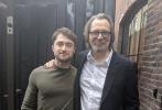 """近日,《哈利·波特》系列电影中饰演主角的丹尼尔·雷德克里夫出席了加拿大多伦多影展,为新片《腰间持枪》宣传,一时吸引了不少粉丝围观。没想到没此次多伦多之行,还让""""哈利""""偶遇了自己的""""教父""""加里·奥德曼。这也是两人在距离上次合作已经12年后,难得留下的合照。"""
