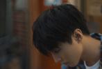 """9月11日,王俊凯登封《时尚COSMO》十月刊封面大片释出。此次大片在日本取景拍摄,王俊凯再次展现了日系少年的别样气质。少年背着背着弓箭,眼神坚毅笃定;""""丸子头""""新发型随性洒脱;吃着甜筒嘴角挂着奶油,甜腻又美好。"""