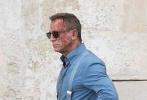 顺利转战意大利马泰拉古城进行拍摄的《007:无暇身亡》(No Time to Die),于近日公布了一组片场照。在片场照上,我们能看到丹尼尔·克雷格还是标准的英伦绅士打扮,西裤、背带和衬衫的组合,显得很有气质。不过,他的脸上并没有笑容,而是一脸血。