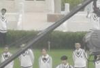 9月15日,有网友偶遇肖战和宋祖儿现身某大学校园拍摄MV。路透画面中,肖战和宋祖儿身穿学士服相视而笑;怀抱着吉他的肖战,身穿白背心校服,与穿着同款校服的宋祖儿在草地上拍摄,洋溢着青春的气息,十分养眼。