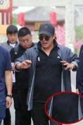 新戏?56岁李连杰现身电影小镇 留长发小肚腩抢镜