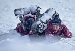 9月16日,电影《攀登者》发布张译版人物预告片。张译饰演的1975年登山训练营总教练曲松林,铁面无私,情深义重。