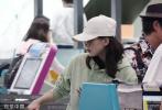 9月16日,刘诗诗产后首度独自现身台北机场。刘诗诗身穿薄荷绿色帽衫卫衣,搭配格纹裙,头顶白色棒球帽,墨镜遮眼看不清神情,整套造型清新十足。