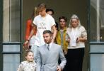 又到了一年时装周!当地时间9月15日,英国伦敦,大卫·贝克汉姆带着一家帅哥美女现身老婆维多利亚时装品牌发布会。当天,贝克汉姆一袭灰色西装帅气亮相;三个儿子布鲁克林·贝克汉姆、罗密欧·贝克汉姆、克鲁兹·贝克汉姆均选择休闲装,并排坐在爸爸身边。
