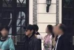 9月16日,李连杰现身郑州参观了即将开业的一个电影小镇,不少网友纷纷晒出偶遇图。照片中,56岁的李连杰一身黑色运动装,穿着灰色外套,戴着墨镜和棒球帽,似乎还留起了长发。