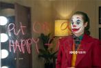 作为一部获得威尼斯金狮奖的影片,DC旗下的《小丑》自然备受关注,近日,该片公布了一组海量剧照,从方方面面展现了影片的特色,尤其是小丑本人的疯癫与痴狂。