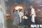 9月17日,有媒体拍到SHE三姐妹聚餐的画面,然而引起外界关注的是Selina的前夫张承中也在其中。当天,四人一起现身高档餐厅,有说有笑看起来气氛融洽。
