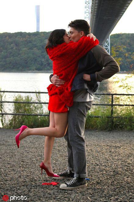 《凯蒂·基恩》曝片场照 露西·海尔变红妆美人激吻