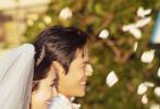 9月21日,向太陈岚、向佐微博相继晒出向佐与郭碧婷两人意大利婚礼现场照片。向佐身着白色西装笔挺帅气,郭碧婷穿奶白色婚纱温婉大方。照片中,两人时而浓情对视,时而对镜头露出灿笑,时而相拥亲吻,十分幸福甜蜜。